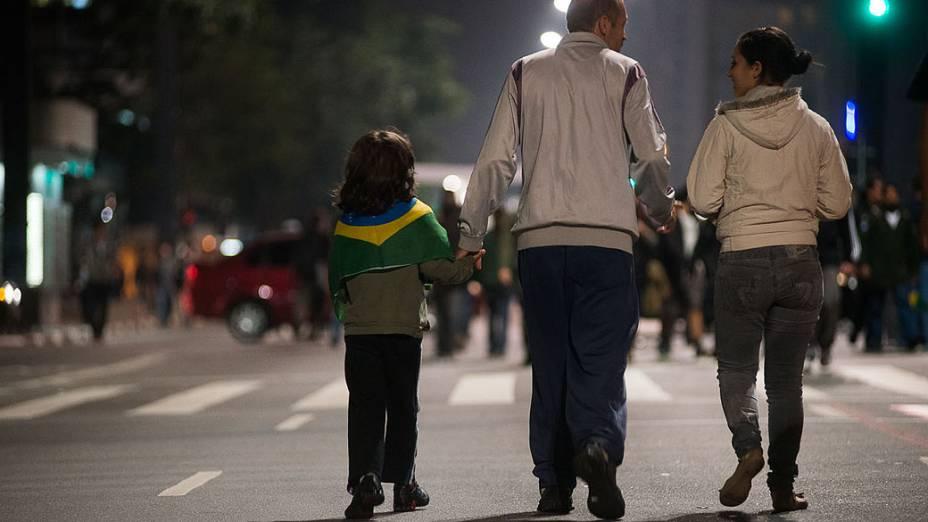 São Paulo - Manifestantes ocupam a Avenida Paulista na noite de segunda-feira, 17 -