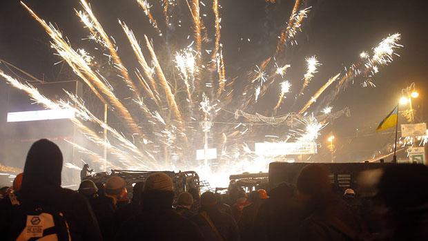 Em Kiev, manifestantes atiraram fogos de artíficio em policiais