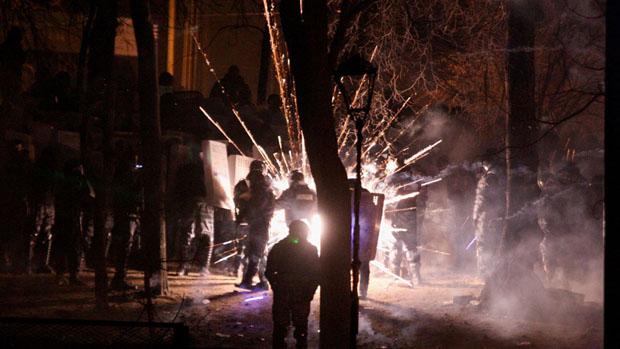 Fogos de artifício explodem durante confrontos entre a polícia e manifestantes no centro de Kiev