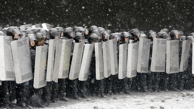 Barricada de policiais no centro de Kiev, na Ucrânia