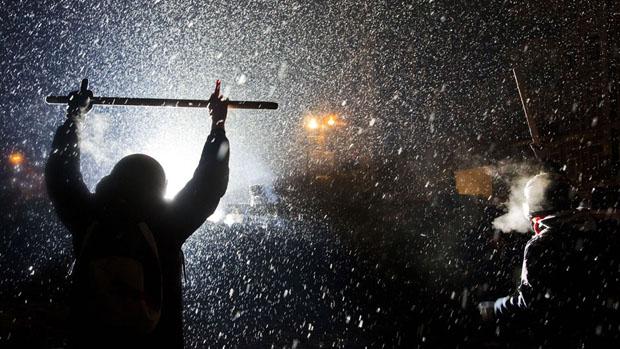 Confronto entre manifestantes pró-Europa e policiais no centro de Kiev, na Ucrânia