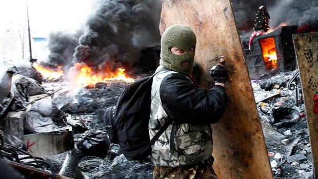 Manifestantepró-Europa com um escudo improvisado, em Kiev