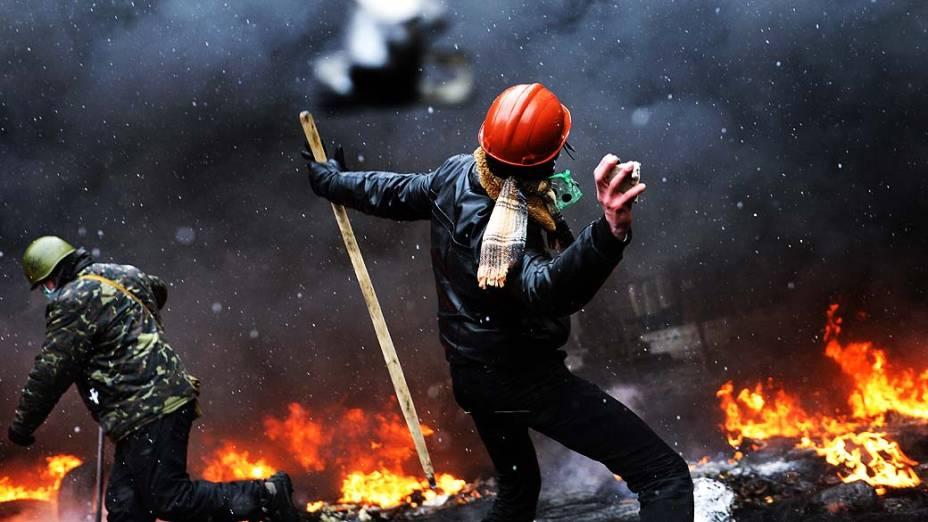 Manifestantes e policiais entram em confronto nesta quarta-feira (22) em Kiev (Ucrânia)