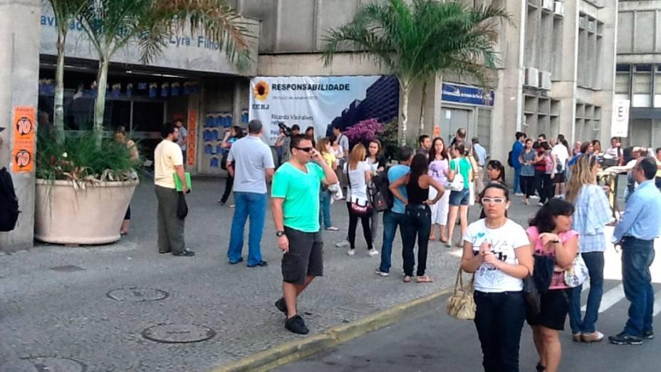 Estudantes aguardam o início do segundo dia de provas do Enem, no Rio de Janeiro