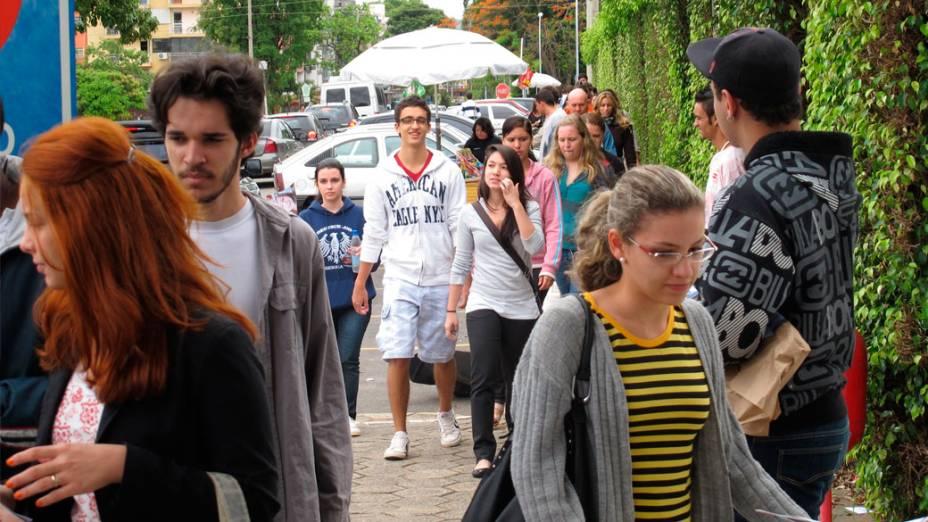 Estudantes chegam para o segundo dia de provas do Enem, em Brasília