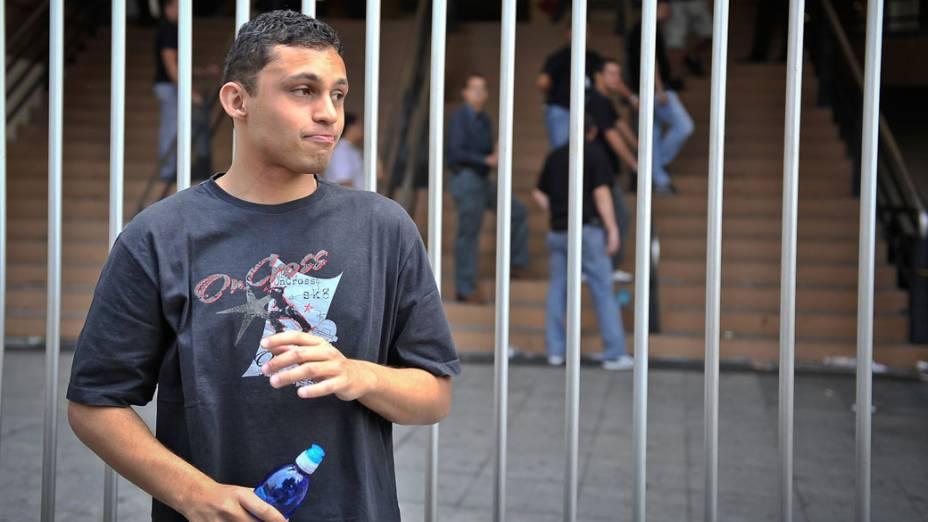 Aluno chega atrasado para o segundo dia de provas do Enem, em São Paulo