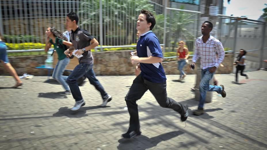 Alunos correm para o segundo dia de prova do Enem, em São Paulo