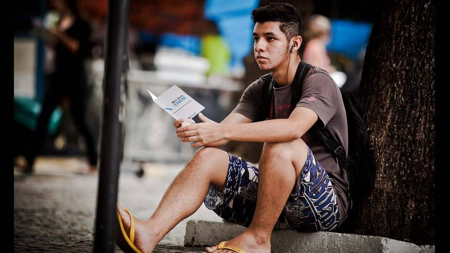 Estudante antes do início da prova do Exame Nacional do Ensino Médio (ENEM) na UERJ, no Rio de Janeiro