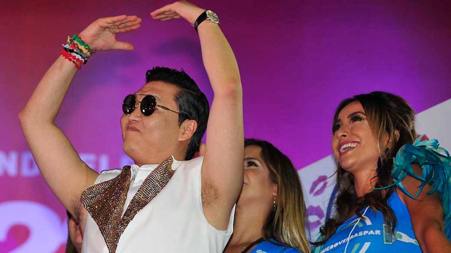 O cantor sul-coreano Psy com Sabrina Sato, no trio de Claudia Leitte pelo circuito Barra-Ondina, em Salvador