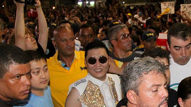 Psy deixa trio de Claudia Leitte em Salvador em meio a multidão e é ovacionado