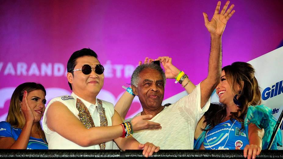 Psy, praticamente um veterano do Carnaval de Salvador, ao lado de Gilberto Gil e Sabrina Sato, no trio da Claudia Leitte, no circuito Barra-Ondina
