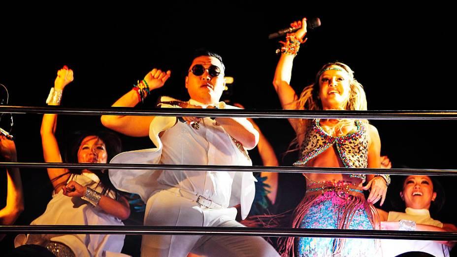 Psy se empolgou ao ver seu hit sendo cantado pela multidão no Carnaval de Salvador