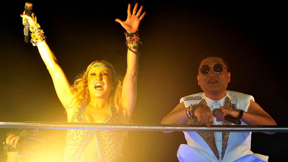 Claudia Leitte arrisca alguns passos de Gangnam Style ao lado de Psy