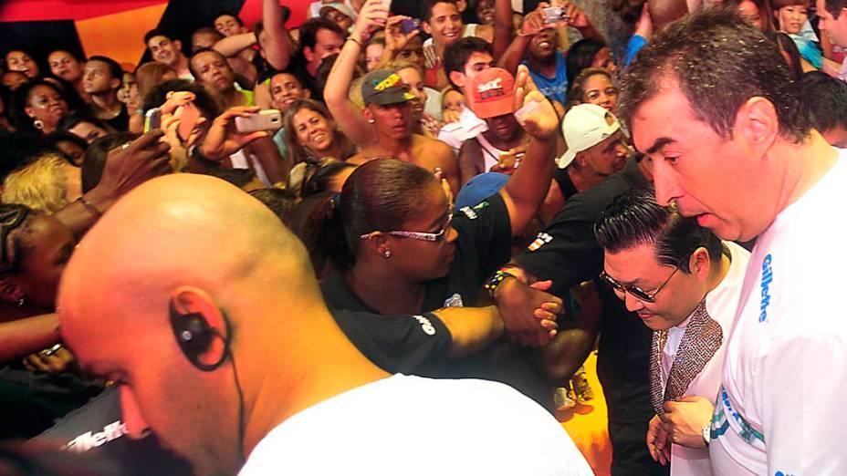 Psy tenta se desvencilhar da multidão para chegar o trio de Claudia Leitte, no circuito Barra-Ondina