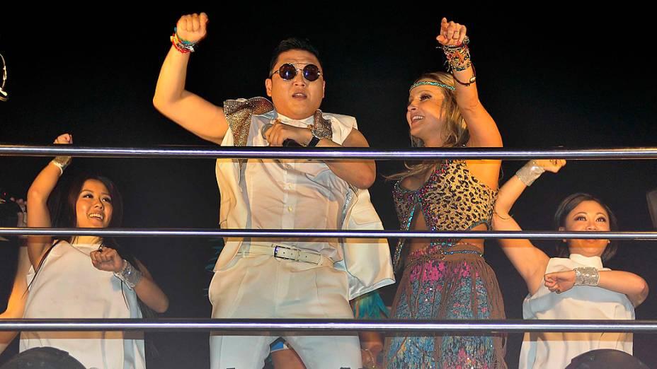 O cantor Psy e o gesto que marcou a coreografia de Gangnam Style no trio de Claudia Leitte