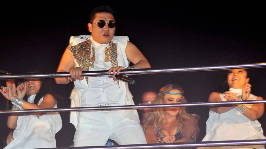 Psy observa incrédulo a multidão que acompanha o bloco de Claudia Leitte, no circuito Barra Ondina