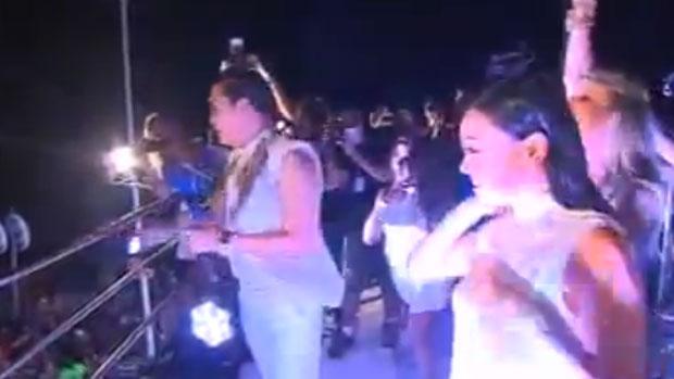 Psy faz a coreografia de <em>Gangnam Style</em> acompanhado de duas dançarinas