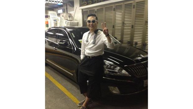 """Psy posta foto no Twitter e escreve: """"Primeira vez em um carro blindado"""""""