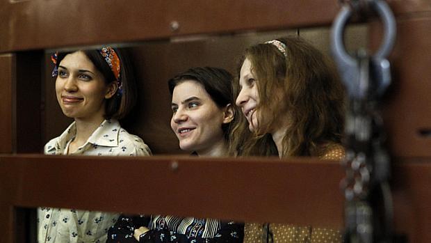 Nadezhda Tolokonnikova, Yekaterina Samutsevich e Maria Alyokhina, as integrantes do Pussy Riot, durante julgamento