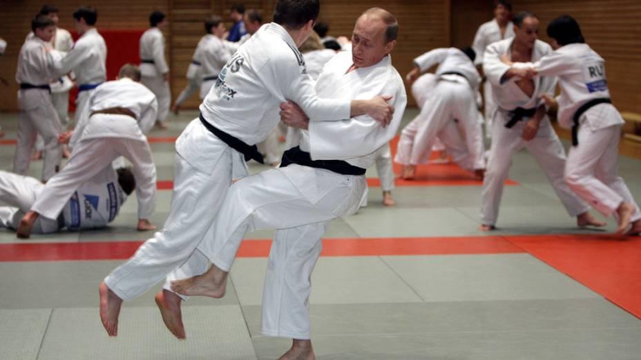 Primeiro-ministro russo Vladimir Putin em treino de judo, durante visita a St. Petersburg, em 18 de Dezembro de 2009