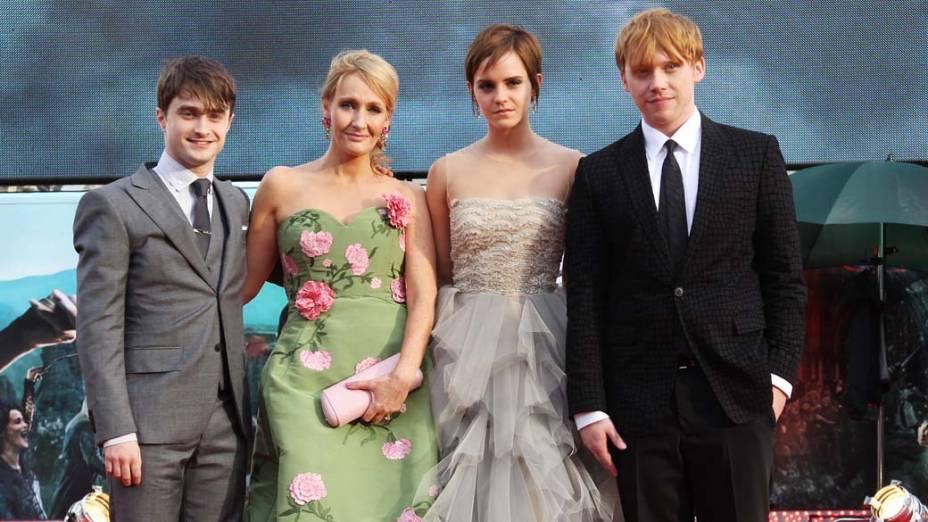 Daniel Radcliffe, J.K Rowling, Emma Watson e Rupert Grint na estreia de <em>Harry Potter e as Relíquias da Morte – Parte 2</em>, em Londres