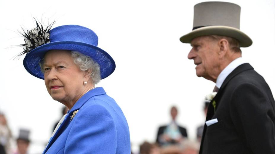 Rainha Elizabeth II e Príncipe Philip assistem a corrida de cavalos