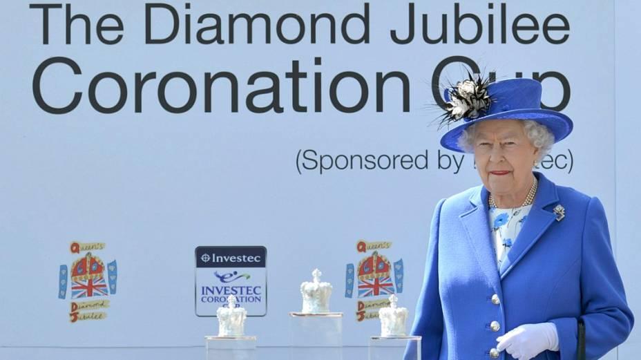 Rainha aguarda para entregar troféus aos vencedores do Epsom Derby
