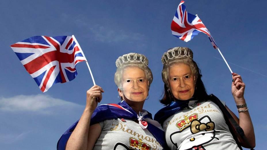 Mulheres vestem máscaras da rainha Elizabeth II em festival no Hyde Park