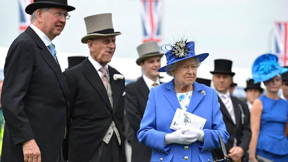 Rainha Elizabeth II participa de evento antes de início do Epsom Derby
