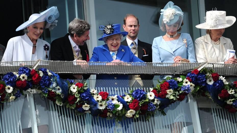 Rainha Elizabeth II e Príncipe Edward se divertem em corrida de cavalos