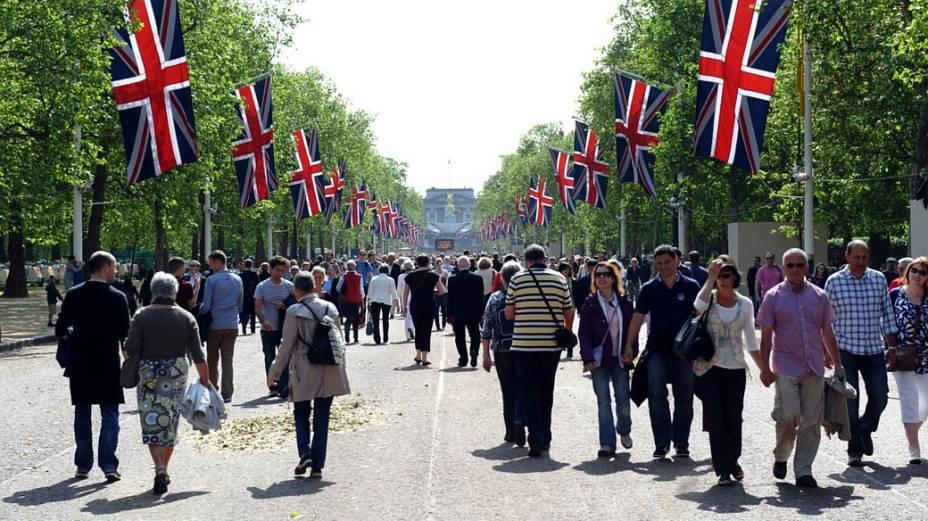 Visitantes passeiam perto do Palácio de Buckingham em Londres