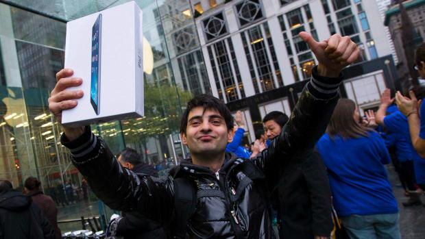 Rami Shamis comemora a compra de um iPad Air na Apple Store da 5º Avenida, em Nova York