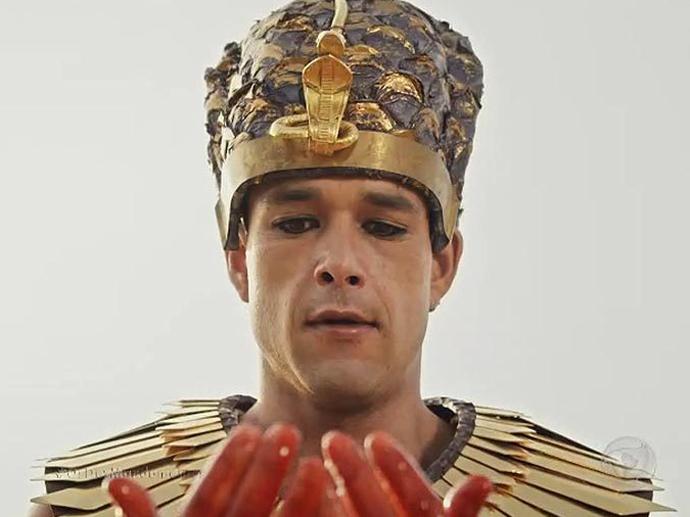 <p>Ramsés (Sergio Marone) fica chocado ao ver que as águas do Nilo se transformaram em sangue em Os Dez Mandamentos</p>