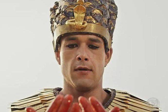 Ramsés (Sergio Marone) fica chocado ao ver que as águas do Nilo se transformaram em sangue em Os Dez Mandamentos
