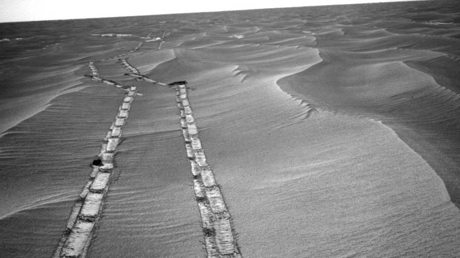 <p>Imagem dos rastros deixados pelo veículo espacial Opportunity na desértica paisagem marciana, ao sul do planeta. </p>