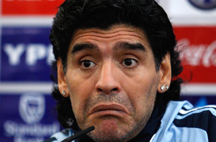O argentino Diego Maradona, ex-jogador campeão mundial de futebol, passou muito tempo em clínicas de desintoxicação tentando se livrar da cocaína.