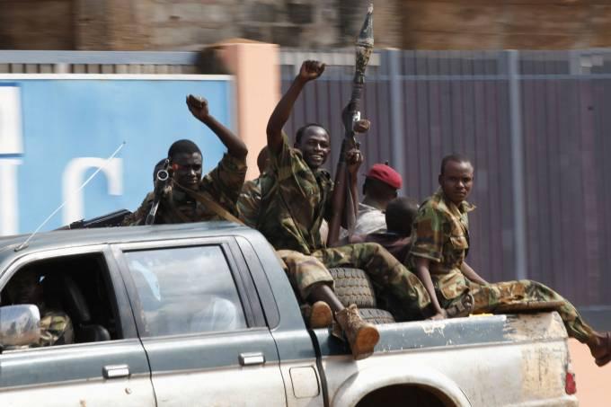 rebeldes-levantam-os-punhos-ao-passar-pela-cidade-de-bangui-na-republica-centro-africana-original.jpeg