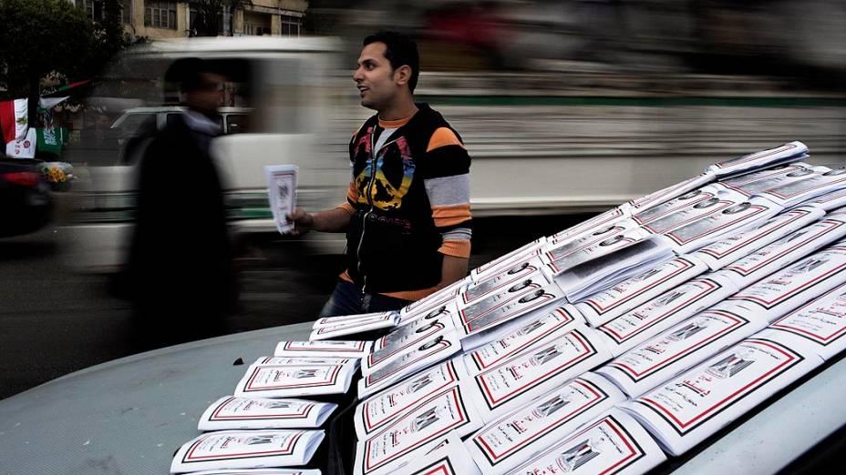 Egípcio vende cópias da consituição em manifestação um dia antes do referendo, no Cairo