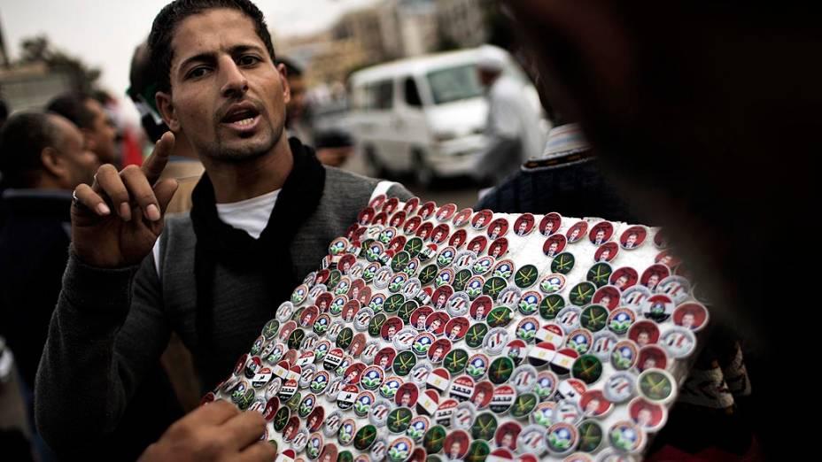 Vendedor de broches com imagens do presidente Mursi, no Cairo