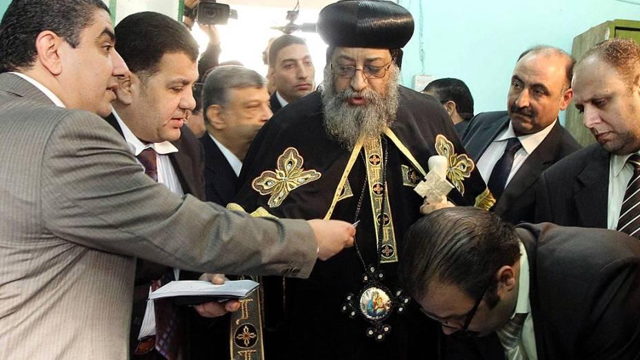 Papa Tawadros II, líder da minoria Cristã, votando sobre a nova Contituição, no Cairo