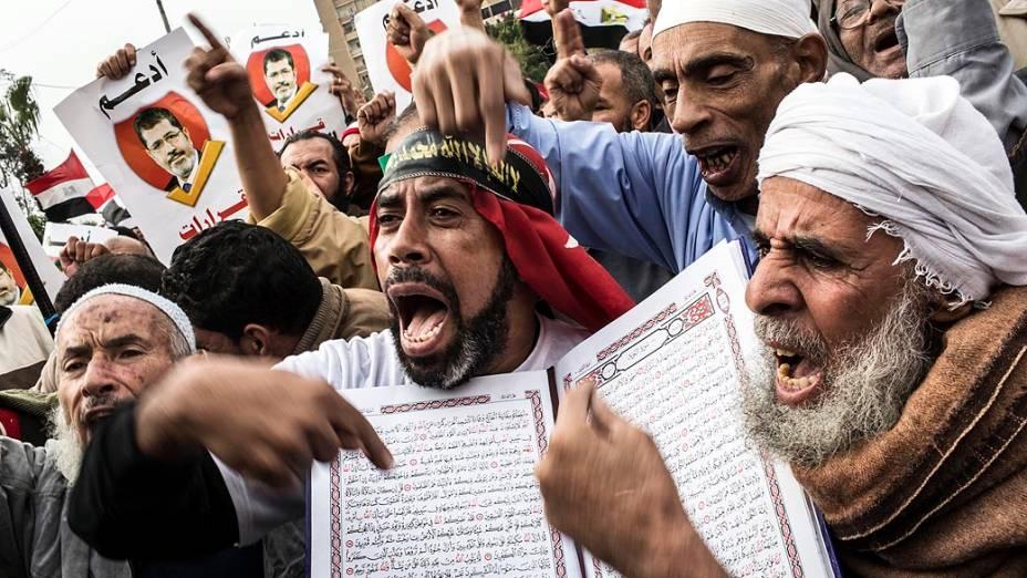 Manifestantes pró-Mursi com cópia da Constituição pouco antes do referendo, no Cairo