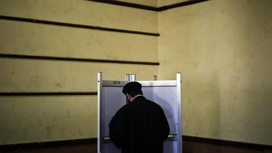 Sacerdote egípcio vota pelo referendo, no Delta do Nilo