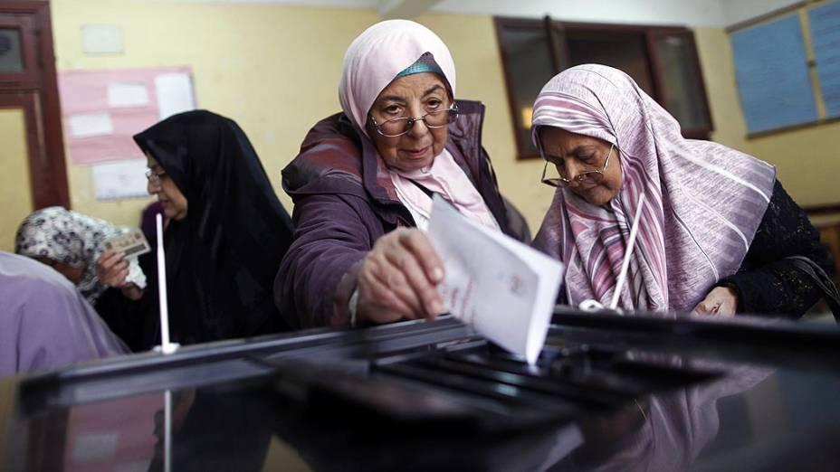 Mulheres votando durante o referendo sobre nova Constituição, no Egito
