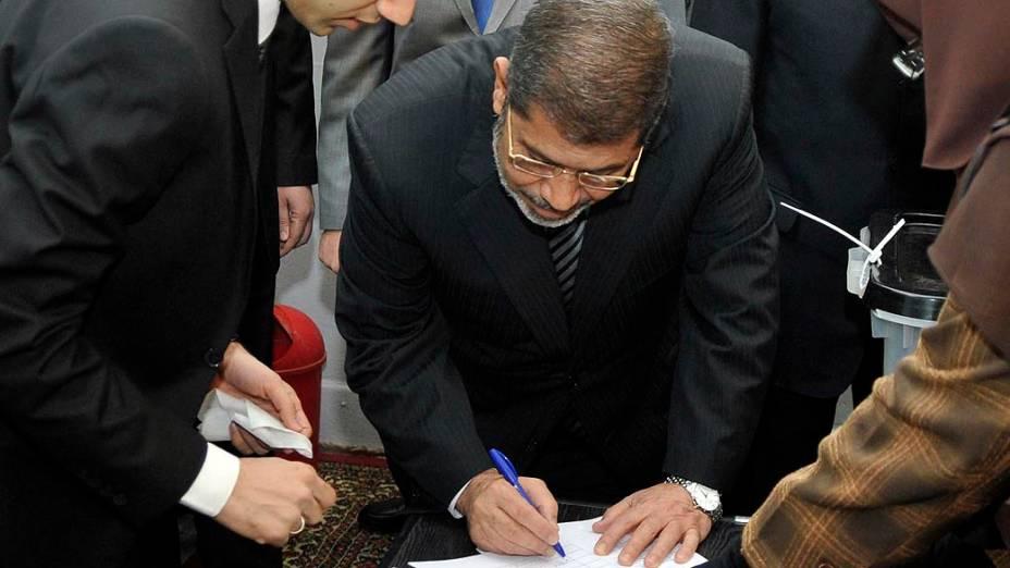 Presidente do Egito, Mohamed Mursi votando durante o referendo pela nova Constituição neste sábado, no Cairo