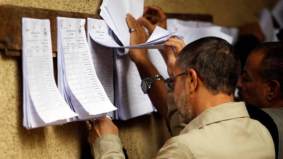 Eleitores votando durante o referendo sobre a nova Constituição, no Egito