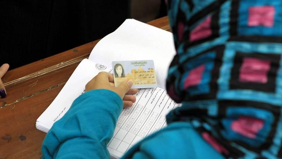 Votação durante o referendo sobre nova Constituição, no Egito