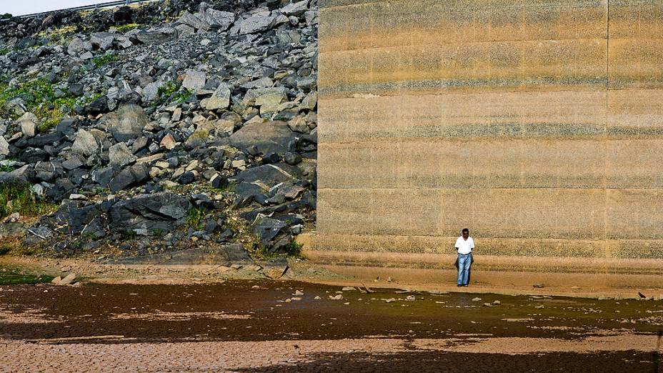 <p>Funcionário caminha pela área da represa Jaguari, que faz parte do Sistema Cantareira, em Bragança Paulista, no interior de São Paulo, que está 8 metros abaixo do seu nível de vazão devido à falta de chuvas</p>