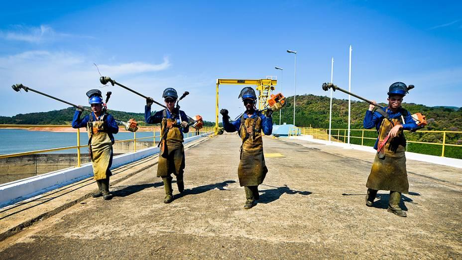 <p>Funcionários caminham pela área da represa Jaguari, que faz parte do Sistema Cantareira, em Bragança Paulista, no interior de São Paulo, que está 8 metros abaixo do seu nível de vazão devido à falta de chuvas</p>