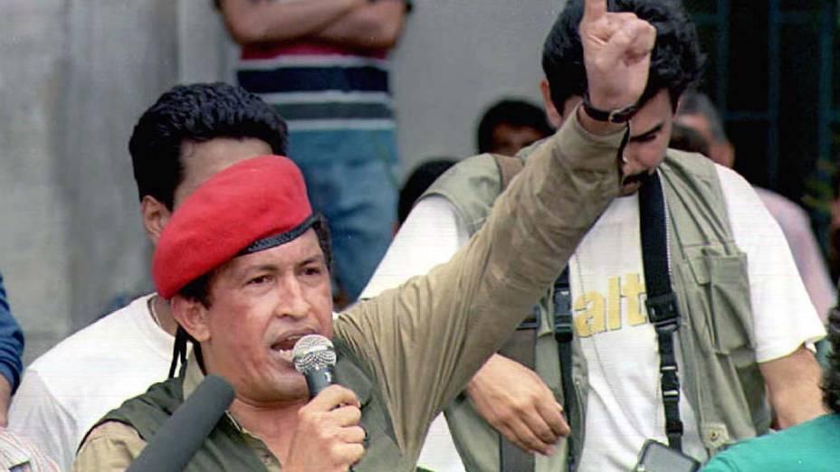 Hugo Chávez em passeata no Dia do Trabalho em Caracas, Venezuela, em 1996
