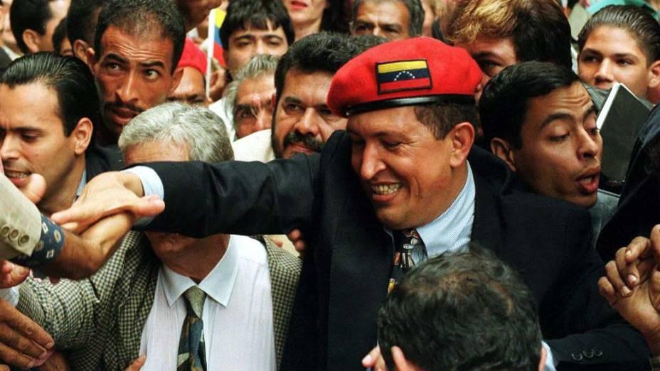 """Hugo Chávez chegando ao conselho eleitoral para registrar seu partido """"Movimiento V Republica"""" em Caracas, Venezuela, em 29 de julho de 1997"""